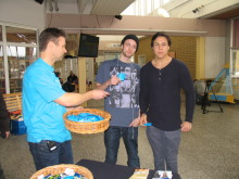 Smittskyddsläkare Stephan Stenmark delar ut kondomer till elever på Anderstorpskolan i Skellefteå