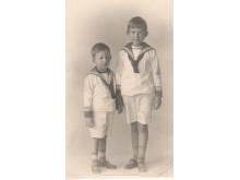 Dag och Ingmar Bergman i sjömanskostymer