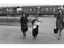 Judiska flickor på Göteborgs centralstation 1939. Från utställningen Jag kom ensam- Judiska flyktingbarn i Sverige