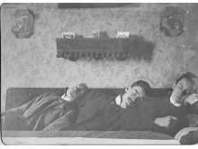 Andersen, Hallesby og Gisholdt ligger på hverandres skulder i en sofa, og tar seg en lur.
