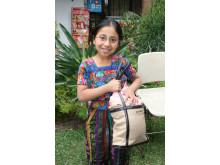 Liten flicka med sina nya glasögon - Optiker utan gränser