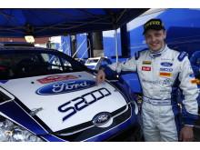 En stolt Mikko Hirvonen visar upp sin nya Fiesta S2000 - bild 5