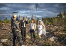 Historikern Anna Sténs vid Umeå universitet guidar ett brudpar som provar olika skogsmiljöer för sitt bröllopsfoto.