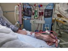 Äldre man får dialys på sjukhuset. Foto: Carin Wesström