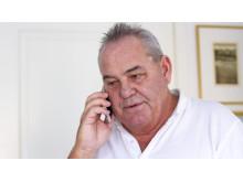 Telefonen är Stefan Ripas kanske viktigaste verktyg i rollen som god man. Det blir många telefonsamtal.