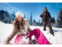 Mann und Frau im Schnee