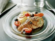 Helgrillad kyckling med citron och timjan, rostade grönsaker med tomat, fetaost och oliver