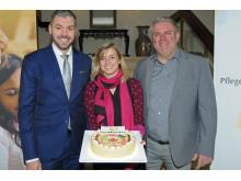 Hoteldirektor Bart Vaessen, Sarah Haurand und Jens Lüdert vom Kinderheim Kastanienhof (v.l.n.r.) präsentieren eine AccorHotels- Geburtstagstorte für Krefelder Pflegekinder und ihre Familien