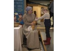 Smörkärning med museipedagog Christina Araskog-Toll, foto: Peter Segemark, Nordiska museet