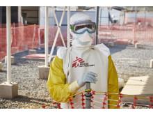 En läkare i skyddsmundering på ebolacentret Nongo i Conakry, Guinea.