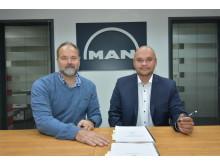 Direktør for Usisaat Auto Service, Minik Dan Gerstrøm og MAN Danmarks adm. Direktør Niels-Jørgen Toft Jensen, underskriver med glæde den nye forhandleraftale