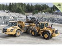 Volvo hjullastare L120 och en ramstyrd dumper A25F med teknik för självgående arbete.