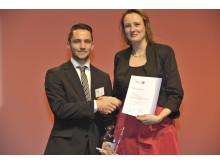 Tim Ediger wird von Christina Mersch, DIHK-Bereichsleiterin Ausbildung ausgezeichnet.