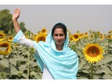 Flicka i Pakistan räcker upp handen för flickors rätt till utbildning