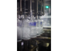 De första Absolut flaskorna med ny design tappas med Absolut Vodka