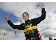 Lukas Sundahl firar sina andra raka mästerskapsseger i Porsche Carrera Cup Scandinavia. – Det känns bra! Det är roligt att vara dubbel mästare, skrattar Lukas Sundahl efter målgången.