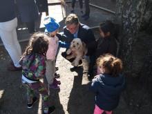 Tybring-Gjedde med hund på besøk i Rudshøgda Kanvas-naturbarnehage