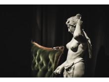 Sammetssoffa och staty
