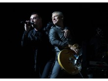 Bono_Adam Clayton and Larry Mullen Jr during a performance of Until the End of the World on the U2 360 Tour in Toronto. Kredit MelicansMatkin_Wikipedia under CC BY-SA 3.0