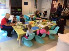 Thailandske journalister møter norske barnehagebarn