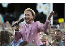 Christer Lindarw sjunger allsång i publikhavet