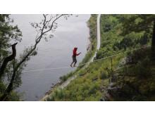 """Petter """"Edderkopp"""" Aker på highline över Sognefjorden i västra Norge, 350 m över vattenytan."""