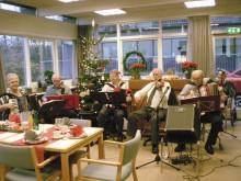 Husorkesteret på Lokalcenter Bøgeskovhus leverede julemusikken til festen