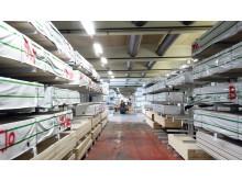Hyllorna i Deromes nya lager i Landskrona är fyllda till bredden.