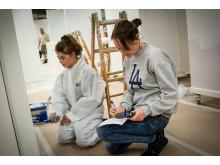 På malerafdelingen var der praktiske opgaver, samtidigt med at lærerne kunne snakke med eleverne