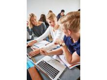 Elever vid Carlforsskas Ekonomi- och Handelsskola i arbete