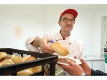 Santander Küchenchef schenkt Suppe aus