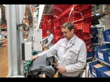 Rödfärgad skyddsfolie avdelar arbetsplatserna