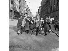 Fredsdagen den 7 maj 1945. Människor firar freden längs Kommendörsgatan.