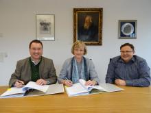 Harald Reents, Bürgermeister von Hallbergmoos, Ursula Jekelius, Leiterin Kommunen und Kooperationen in Oberbayern und Stefan Kronner, Gemeinderat und Leiter der Arbeitsgruppe Stromkonzession, unterzeichneten den Vertrag.