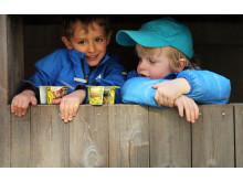 To barnehagegutter og Safari müsliyoghurt