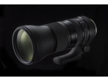 Tamron SP 150-600mm G2, snett framifrån med svart bakgrund