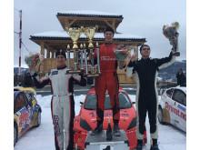 Glad topptrio efter årets andra deltävling i RallyX On Ice var fr.v: Mitcehll De Jong (tvåa), Sondre Evjen (segrare) och Oscar Solberg (trea).