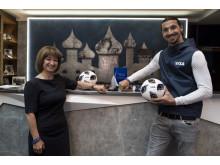 Zlatan Ibrahimović, das Gesicht der globalen Marketingkampagne von Visa, und Visa Country Managerin Ekaterina Peletina zeigen auf der FIFA Fussball-Weltmeisterschaft 2018 Russland™  die tragbare Zahlungstechnologie von Visa.