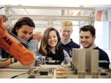 Ingenjörsstudenter i robotlabbet