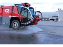 Brannbil vanner asfalt på OSL