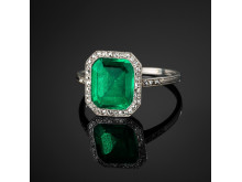 Ring med en fasettslipad colombiansk smaragd samt gammalslipade diamanter i tillpassat etui från Cartier.