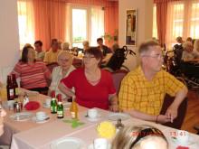 Unterhaltsamer Angehörigen-Nachmittag im Vitanas Senioren Zentrum: Bärenherz erhält Erlös aus amerikanischer Versteigerung