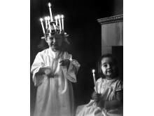 Luciafirande i hemmet blev vanligt på 1950- och 60-talen. Foto Gösta Glase, Nordiska museet.