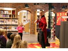 Millie Stjärnklar, 8 år, var en av de som fick komma upp på scenen och trolla tillsammans med trollkarlen Adin.