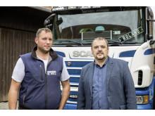 Michael Hell junior, Geschäftsführer Michael Hell Transporte, und Alfred Redl, Verkaufsberater Scania Österreich (v. l.)