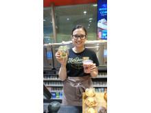 Butikksjef på Deli de Luca Oslo S, Evelin Rydell, viser stolt frem deres påmeldte produkt Deli Snacks. De lager også friske smoothier i butikk hver morgen.