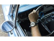 Bilden innehåller två klassiska Ford Mustang. En i toppskick, och en som i stället för att skrotas blev till en klocka.