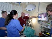 Junge Mediziner bereiten sich beim Takeda Forum auf chirurgische Eingriffe vor