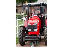Barn åker traktor
