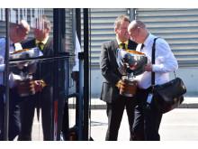 Tre kronor VM-guldvinnare i ishockey-VM bär med sig segerpokalen på Swedavias flygplats Stockholm Arlanda Airport 2018-05-21 Foto Swedavia
